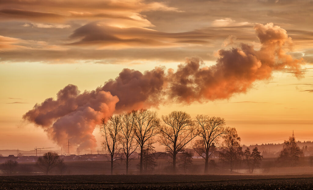 Keine Schönwetterwolke, Wasserdampf aus den Kühltürmen des Kernkraftwerks Neckarwestheim.