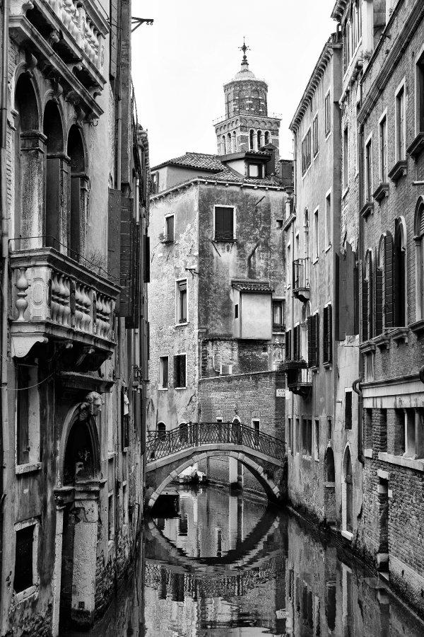 Rio della Verona und der schiefe Turm der Chiesa di Santo Stefano.