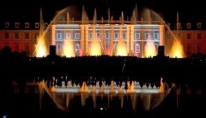 """Wassershow """"Aquatique"""" mit einer Licht-Wasser-Inszenierung des Ludwigsburger Schlosses."""