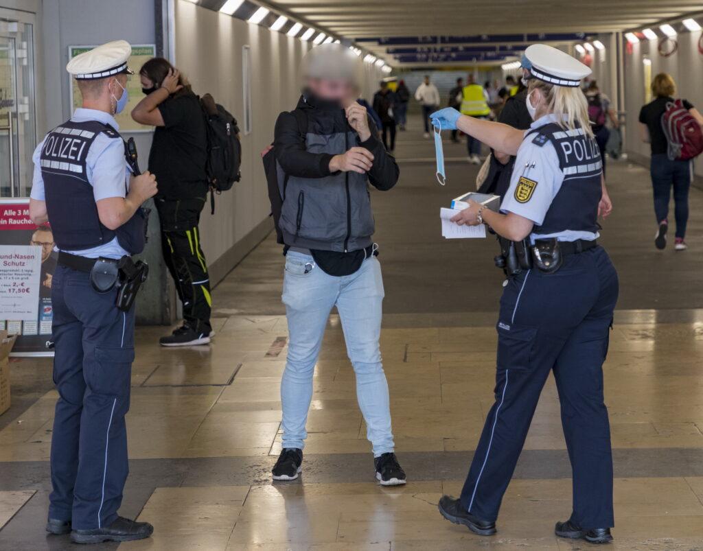 Bietigheim-Bissingen, Coronapandemie: Maskenkontrolle am Bahnhof