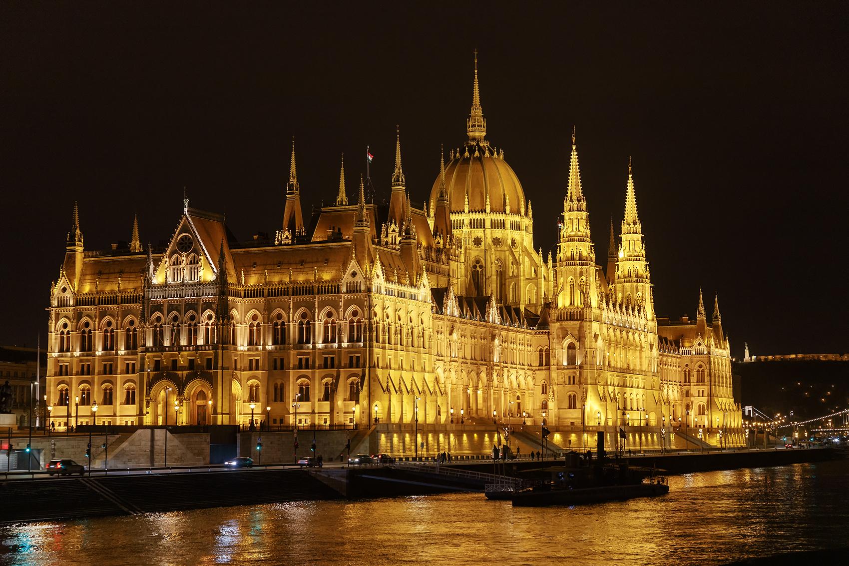 """Budapest: Das Parlamentsgebäude, auf deutsch veraltet Reichstag (ungarisch: Országház; wörtlich: """"Landeshaus"""")"""