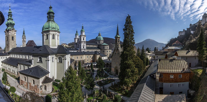 Blick aus der Maxismuskapelle (Katakomben) auf den Petersfriedhof und die Stadt